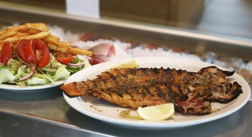 Poissonnerie-Mediterranee-fish-meal-with-salad